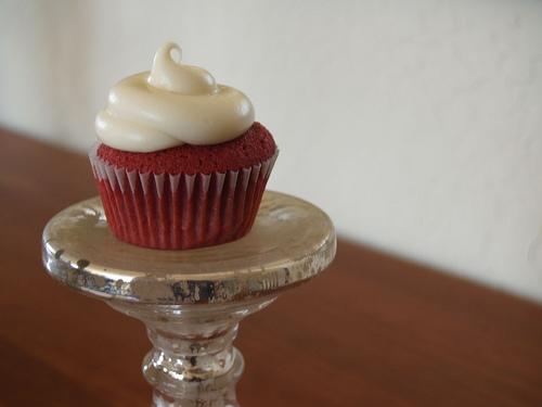 Roter Cupcake mit Mascarpone-Sahne-Frosting