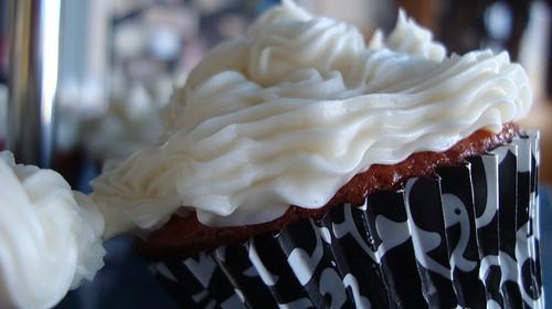 Lebkuchen-Cupcake mit Kirschen