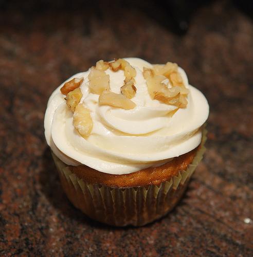 Cupcake mit Karotten-Füllung und weißer Schokolade