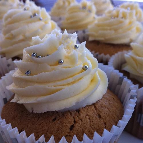 Sekt-Cupcake gefüllt mit Sahne
