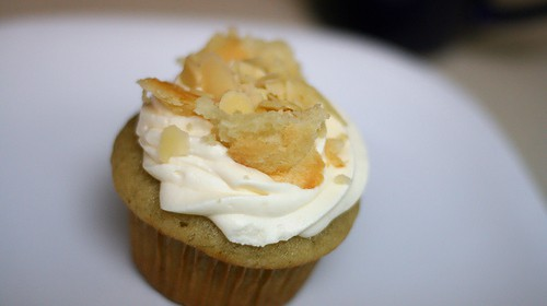 Walnüsse auf gewürztem Cupcake mit Vanille-Haube